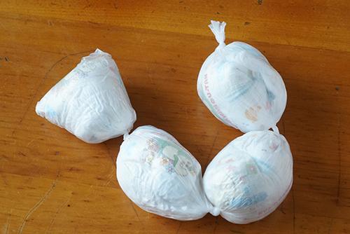 画像: 息子の紙おむつはSサイズと小さいこともあり、カサ用ビニール袋1枚に4個密封できました。