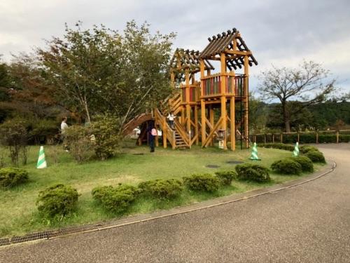 画像: 木でできた遊具