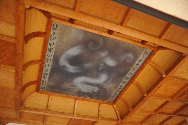 画像: 「生生流転」の竜に似ているとされる、八幡竈門神社本殿の天井にある竜の絵(筆者撮影)
