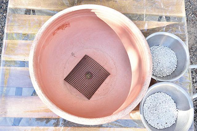 画像: ①鉢底にあみを敷く