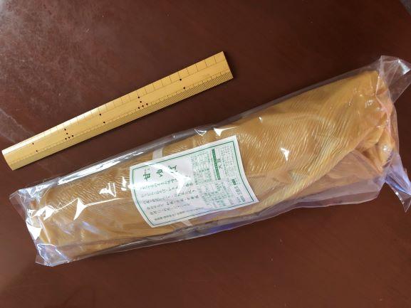 画像: 巨大な巻物のような「甘ゆば棒」。30cmものさしと比べると、その大きさがよくわかります
