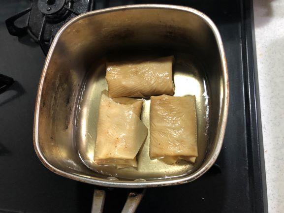 画像: 白だし:水=6:1でだし汁をつくり、中火で2~3分加熱したら蓋をして蒸らします