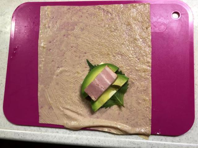 画像: ゆばの水気をキッチンペーパーでしっかり切るのがポイント。甘ゆばの表を下にして具材をのせます