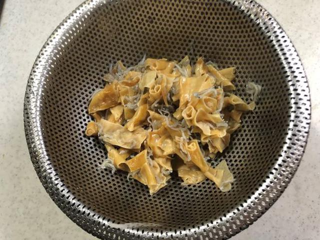 画像: 辛くなり過ぎないように煮汁をこします