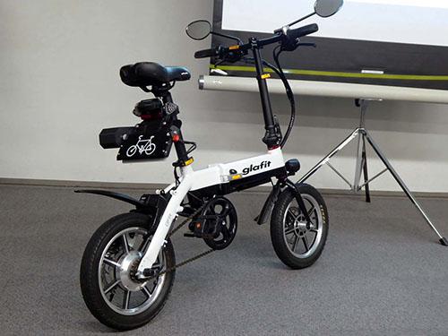 画像: ペダル付き電動バイクを自転車モードとして運用が可能となる新機構を取り付けたgrafitの電動バイク「GFR-01」。