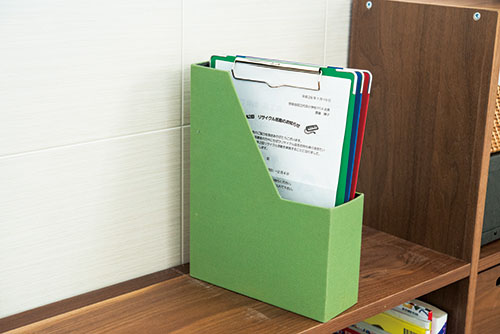 画像: クリップボードは色別で分ければ、子どもがパッと見ただけでどれが自分のモノがわかる。
