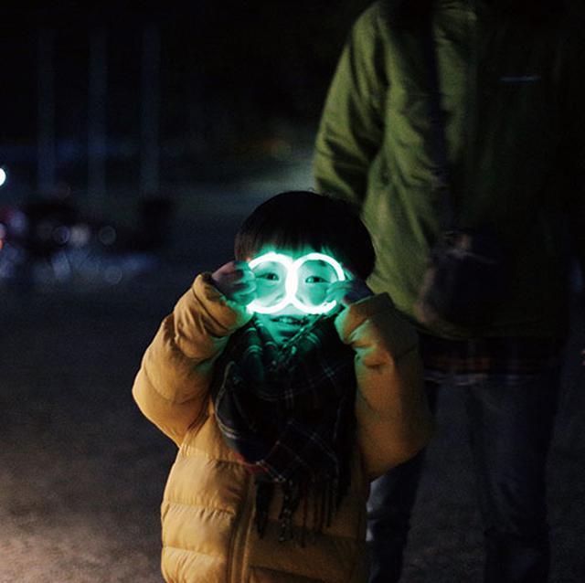 画像: 100円ショップのサイリウム。子どもが身に付けたり、ペグに付けて目印に。