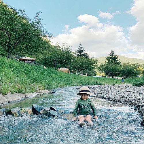 画像: 近くに川があれば、着替えを準備して水あそび。夏にぴったり! 自然を満喫できます。