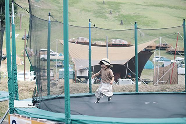 画像: トランポリンなどアクティビティの充実した「若杉高原おおやキャンプ場(兵庫)」。
