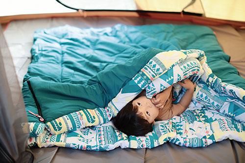 画像: 家族みんなで一緒に寝られる、コールマンの封筒型シュラフ。