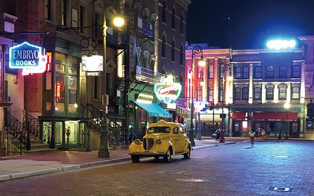 画像: 夜の街の撮影。場所がどこか、時間帯がいつなのかがわかるようにしたいときは、引いて撮るのがセオリー。