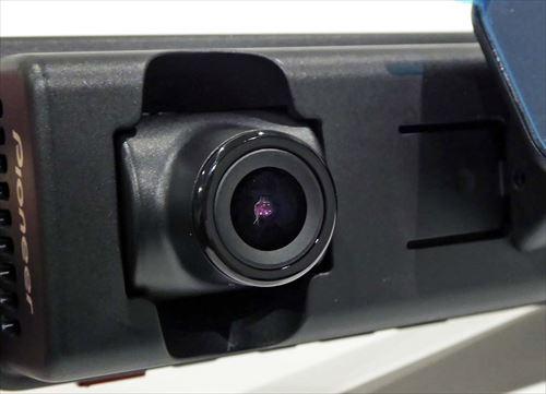 画像: 「ドライブレコーダー+」本体のレンズ部は角度可変式。取り付けてからもアングルが変えられる
