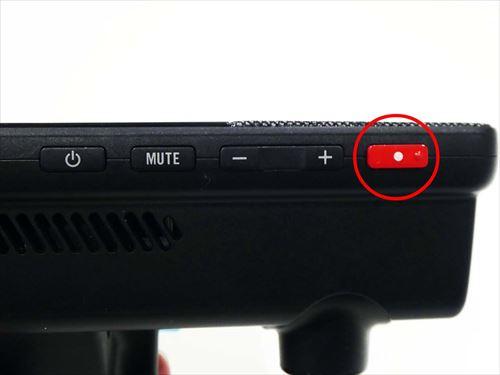 画像: 本体下にある赤いボタン(○内)を押すだけで緊急事態をセンターへ接続し、オペレータと会話しながら通報できる