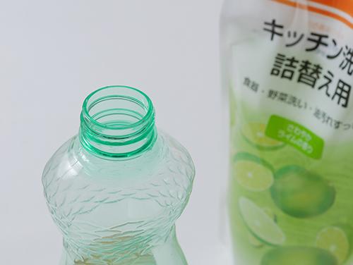 画像: 詰め替え用洗剤を買ってきて、ボトルは再利用します。