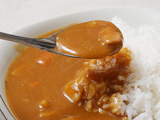 画像: 温かいご飯に、常温の「カレー職人」をかけました。ルーがサラサラしているのがわかるでしょうか。