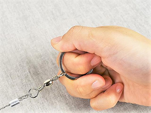 画像: リングを指にかけて引っ張るだけ