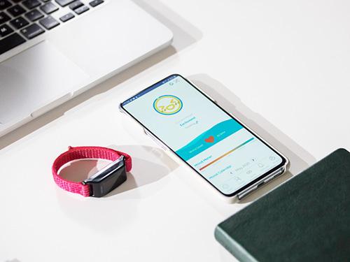 画像: アップムードバンド:9000円(税別) ユーザーのバイタルデータを分析し、その時の感情を専用アプリに表示。ネットを通じて友達とシェアすることもできる。