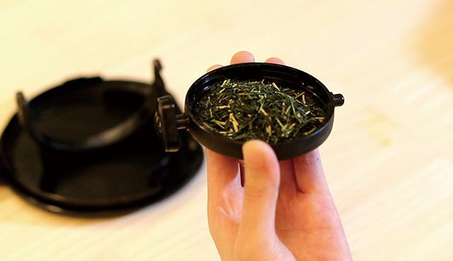 画像: ◀︎インフューザーに茶葉を入れる。