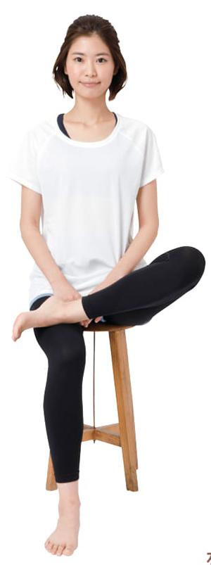 画像1: 【手を使った足の甲のばしのやり方】