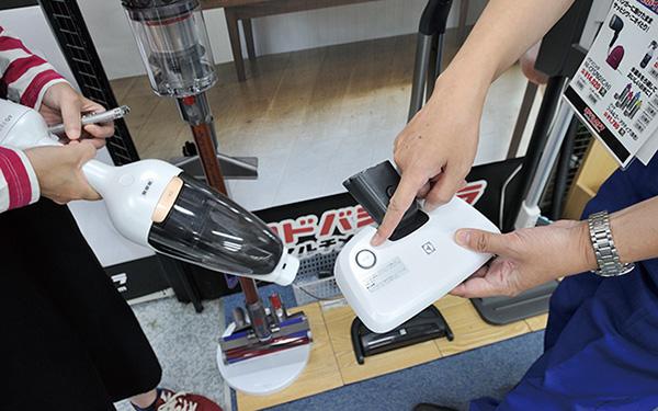 画像: ボタンを押すと裏側でUVライトが照射される除菌可能なヘッドが付属。もともと布団用だが、床掃除に使ってもOK。