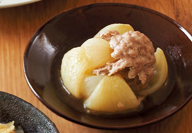 画像: 玉ねぎに肉だねを詰め、うまみを閉じ込めます。ボリュームはあるけれど、塩分はかなり控えめ。