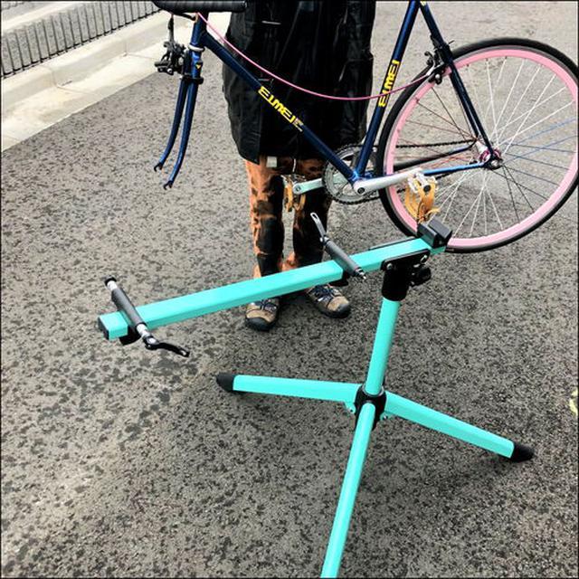 画像: 自転車のホイールを外してセッティング