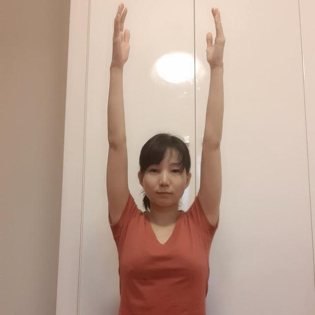 画像: 腕を天井方向に伸ばす