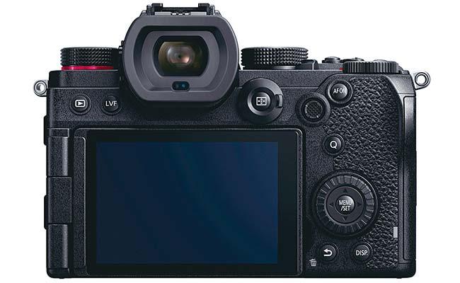 画像: 3.0型モニターは、自分撮りも可能なバリアングル式。モニターを引き出しやすくするために、枠部に指掛かりなどがあるといいのだが。