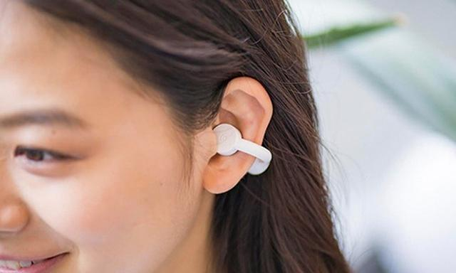 画像: U字状のアーム部分は多少の柔軟性があり、耳たぶの上側を挟むようにして耳軟骨に本体部分を触れさせる。しっかりと固定され、頭を振っても外れない。