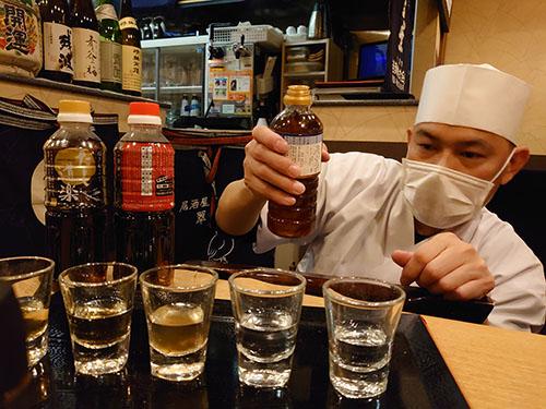 画像: 真剣に味を見る鶴田さん。