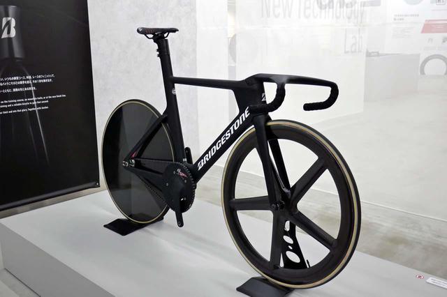 画像: オリンピック用に開発されたフルカーボン製自転車で、重量は7kgにも満たないという