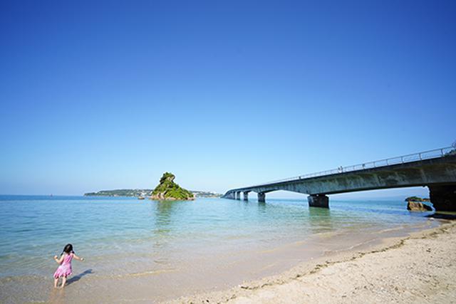 画像: TAMARU Camping Okinawaへと向かう途中、寄り道した古宇利島へと続く古宇利大橋で撮影した1枚。沖縄らしい風景が続き、那覇からのドライブの楽しいです。
