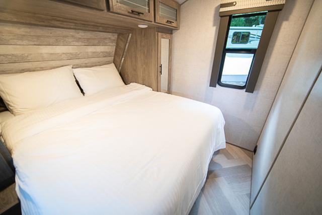 画像: 家族連れならお父さんとお母さんが使うことになると思われるメインベッドルームは、クィーンサイズベッドです。筆者が普段使っているベッドより広いです。