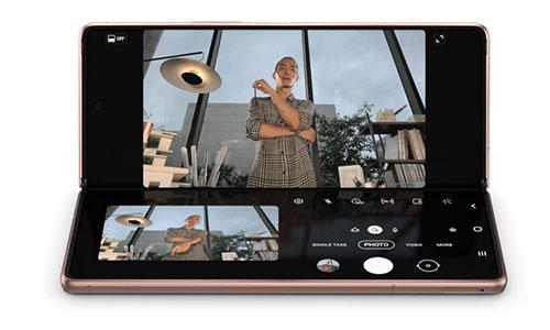 画像: 開くと7.6型となるフォルダブルディスプレイ。大画面を有意義に使うだけでなく、途中まで開いた状態で使える「Flex Mode(フレックスモード)」も用途を広げられて便利だ。