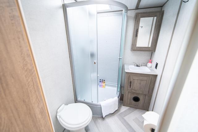 画像: シャワーも備え付けられたメインバスルーム。細かなアメニティなどもしっかりと用意されています。