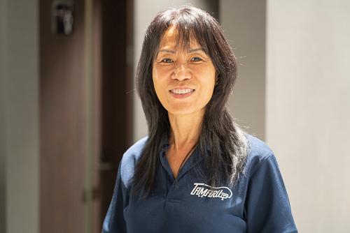 画像: TAMARU Camping Okinawa代表取締役の金明淑さん。家族や友人、仲間たちとゆっくりと流れる時間を楽しんでほしいといいます。