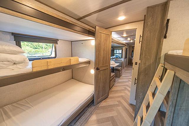 画像: サブベッドルーム。家族連れなら子どもたちが使うことになるのでしょう。二段ベッドスタイルでシングルベッドがふたつ、セミダブルベッドがひとつあります。