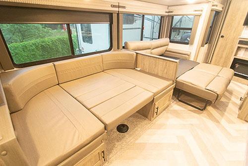 画像: リビングのふたつのソファが、それぞれセミダブルからダブルサイズのベッドに変わるので、最大で8人が本当にラクラク眠れてしまいます。