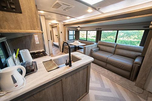 画像: メインの入口から入ると、キッチンとリビングになっています。ゆったりとしたソファが並び、自宅以上の広々した空間が広がります。