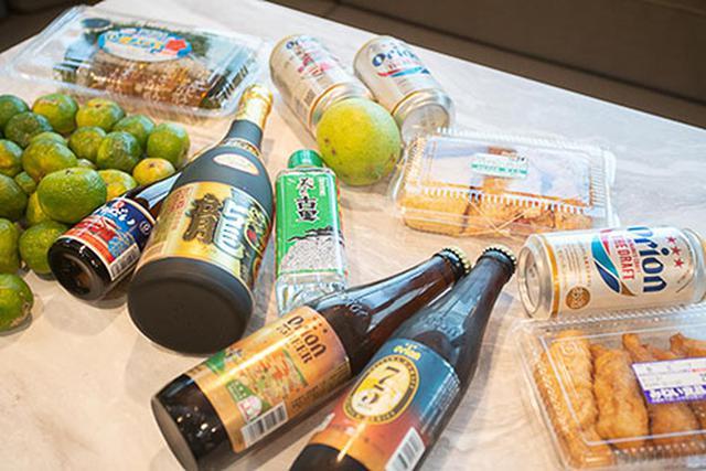 画像: 那覇からのドライブで寄り道しながら購入したお酒や地元食材。個人的には飲みきりサイズ? の泡盛の小ビンがおすすめです。