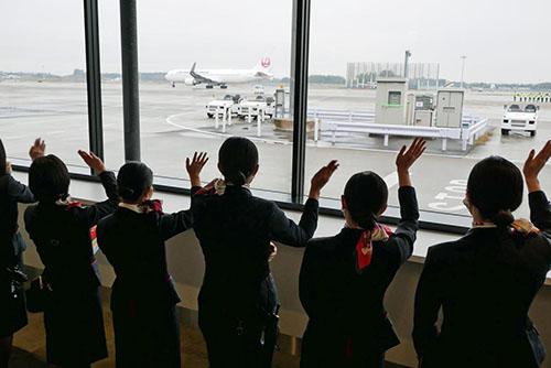 画像: 出発時にはJALのスタッフがターミナルの内外から見送った