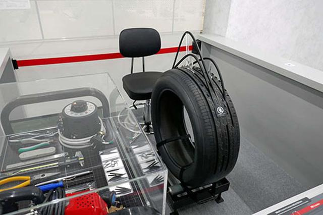 画像: タイヤで最も重要なパターン作りの現場を再現した展示。映像と実物で手彫りする様子が解説される
