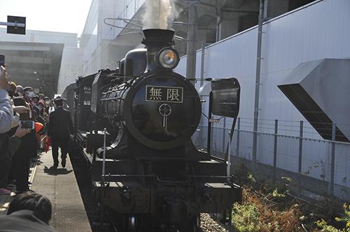 画像: 久留米駅ホームに停車中の「SL鬼滅の刃」(筆者撮影)
