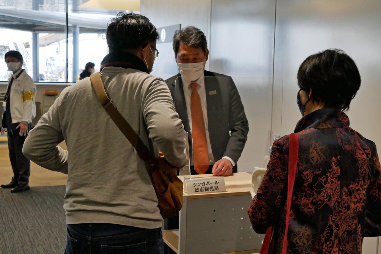 """画像: 搭乗口の前には""""入国審査""""がシンガポール政府観光局によって実施される凝った趣向も準備された"""