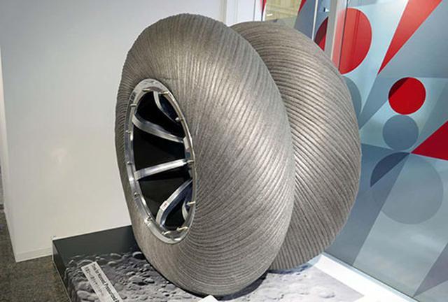 画像: JAXAとトヨタが開発中の月面探索車(ローバー)用のタイヤ。素材は金属などの特殊な素材でできており、重量は1本で約300kgもある