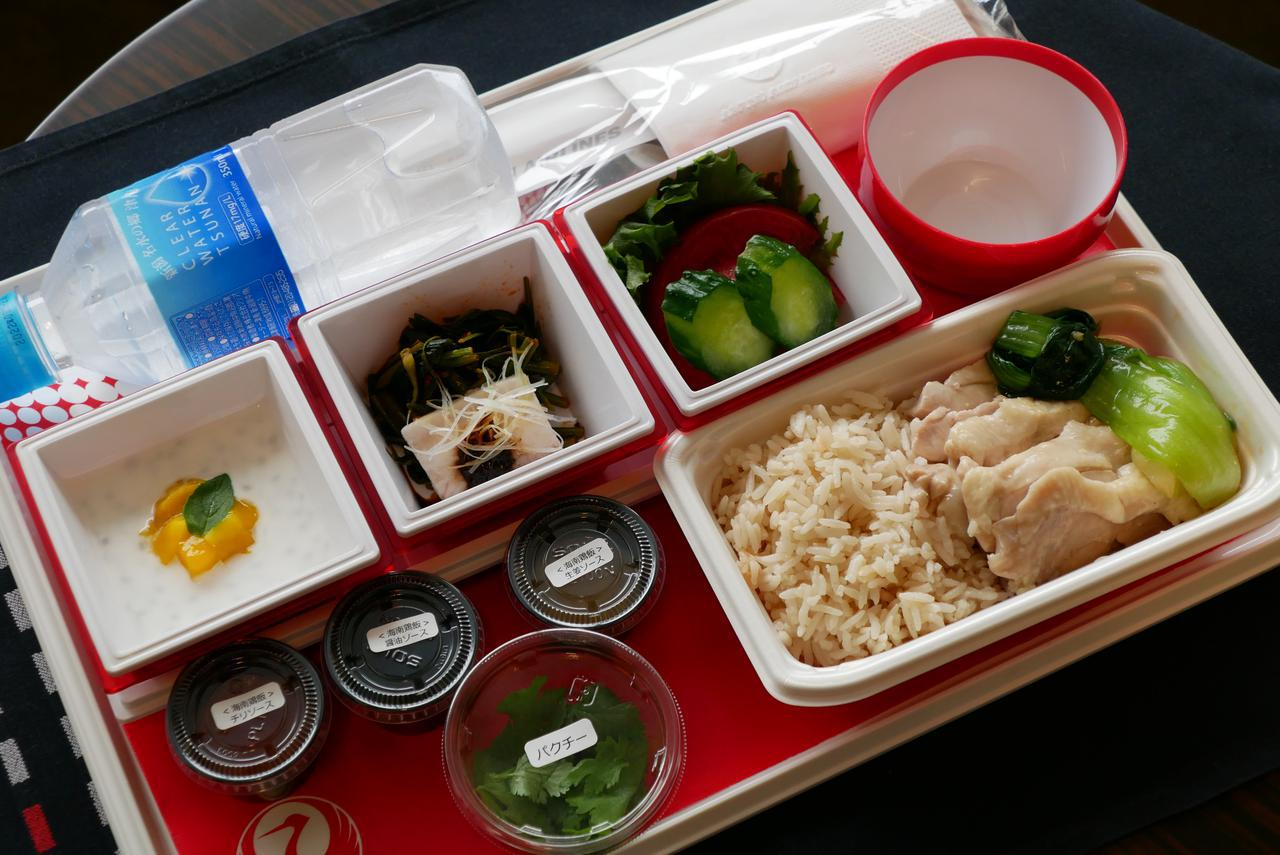画像: エコノミークラスに用意されたチキンライスの機内食