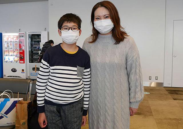 画像: 「将来はパイロットになりたい」という息子さんと一緒に搭乗した親子。「コロナ禍が終わったらぜひシンガポールに行ってみたい」とも話していた