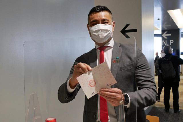 """画像: """"入国スタンプ""""を押してくれたシンガポール政府観光局マーカス・タン北アジア局長"""