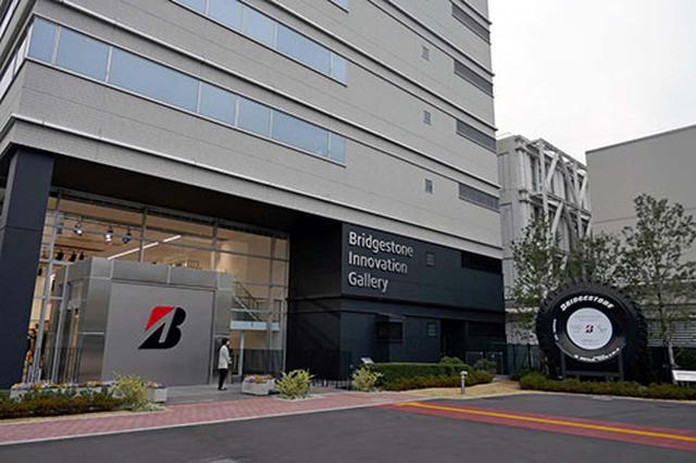 画像: 「Bridgestone Innovation Gallery」の入口。右のタイヤは世界最大級の大きさ