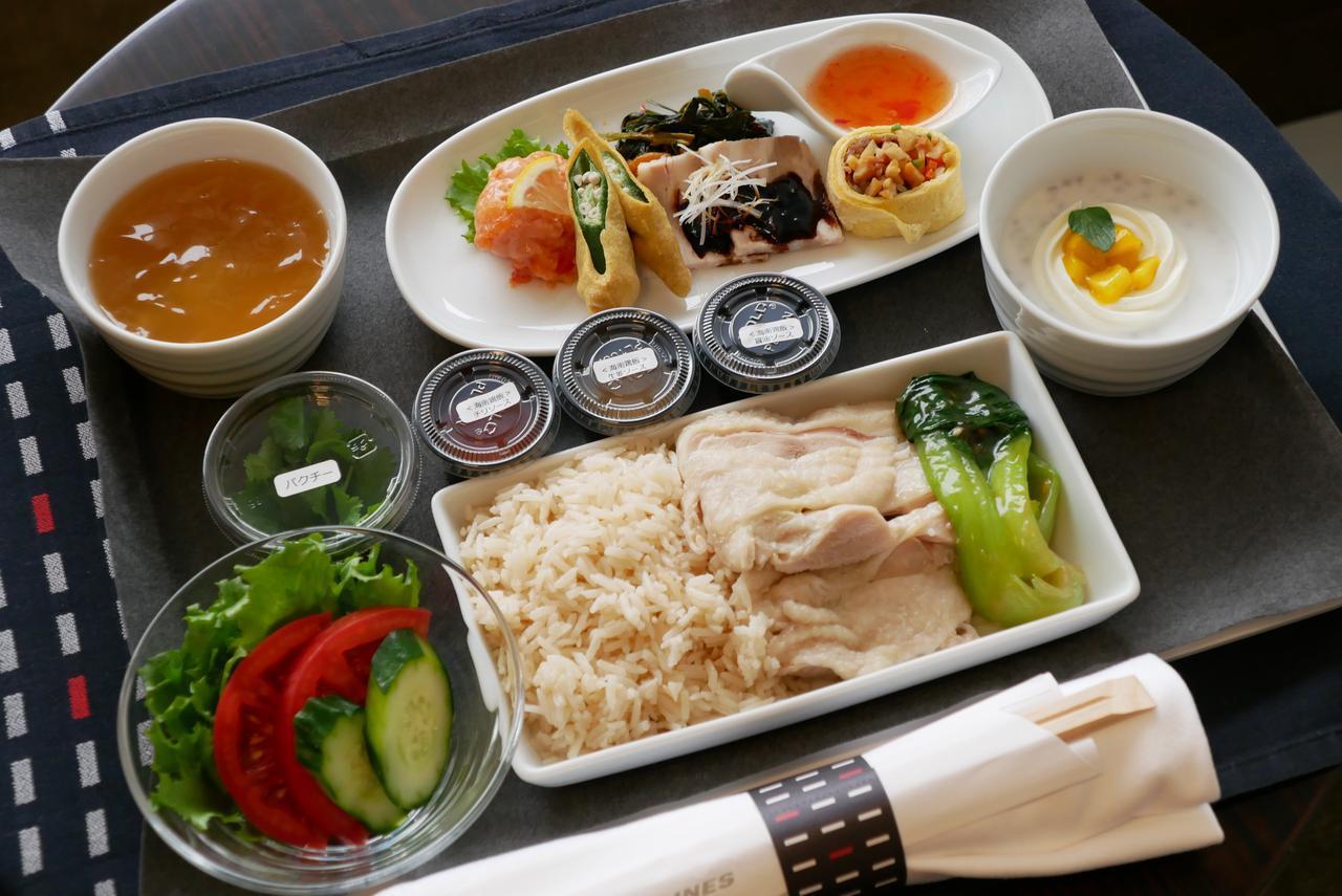 画像: ビジネスクラスは少し豪華なチキンライスが機内食に用意された